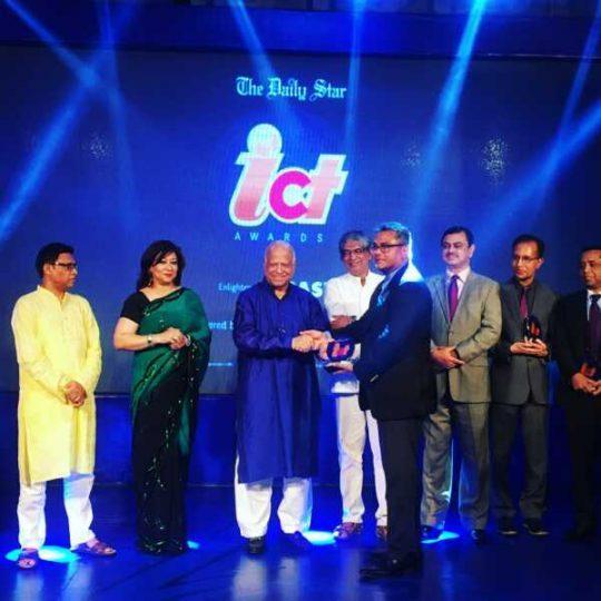 Syed-Farhad-Ahmed-Receives-Daily-Star-ICT-Award_1.jpg